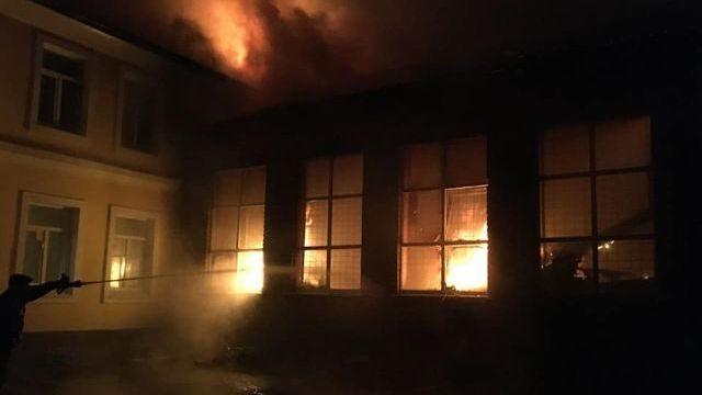 Вогонь гасили всю ніч, учні перейшли на дистанційне навчання: у Чугуєві згоріла школа