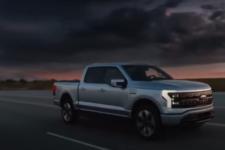Питает дома и перевозит тонну груза: электрический Ford F-150 захватывает рынок авто