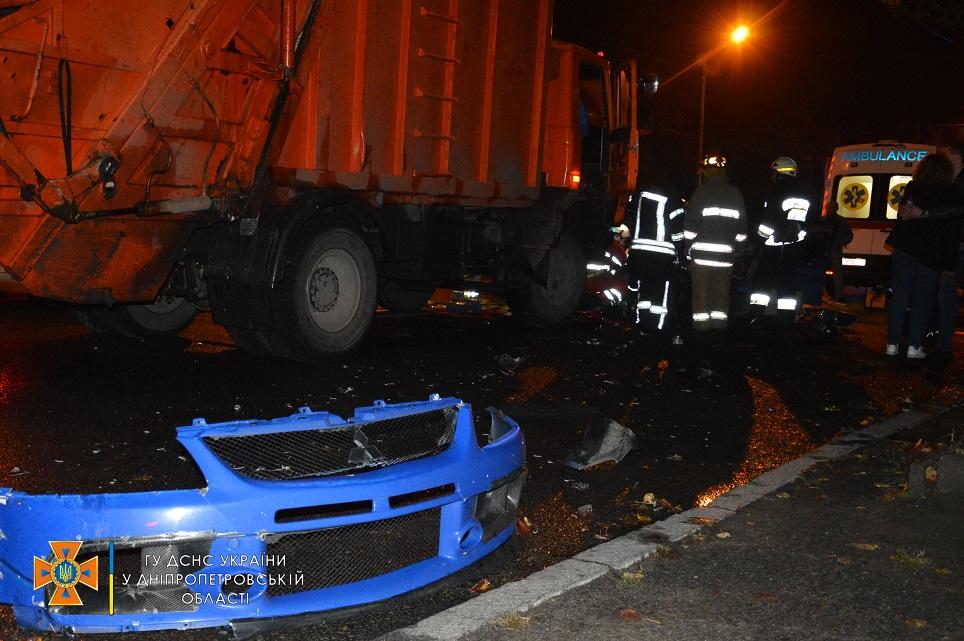 Вилетіла на зустрічку: в Дніпрі легковик зіткнувся лоб у лоб зі сміттєвозом