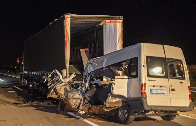 В Угорщині бус на повному ходу протаранив припарковану фуру: загинули українці