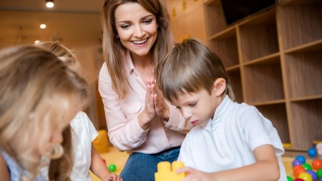 Перший важливий дорослий після батьків: роль вихователя в житті дошкільняти