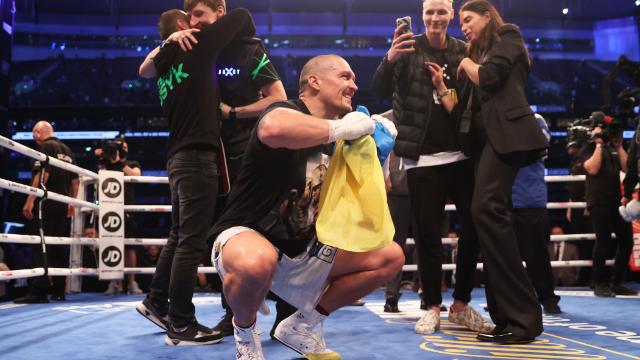 Усик після перемоги над Джошуа станцював гопак з українським прапором