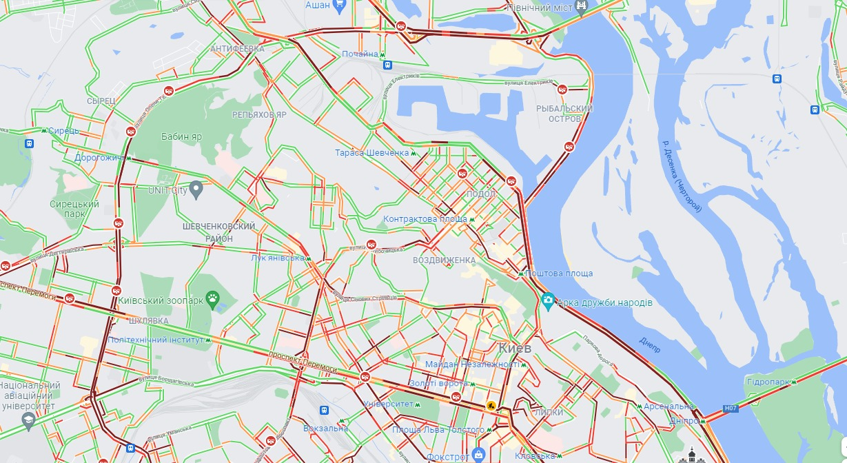 Напередодні тривалих вихідних Київ скували потужні затори