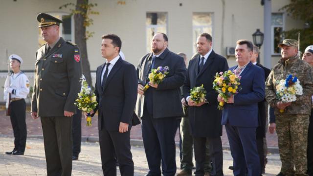 Квіти і хвилина мовчання: Зеленський на церемонії до Дня захисників і захисниць